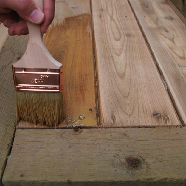 Нанесение антисептика обеспечит долгий срок службы деревянных материалов