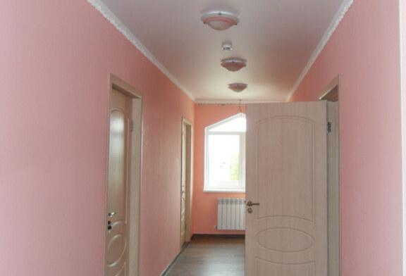 Как покрасить потолок в загородном доме?
